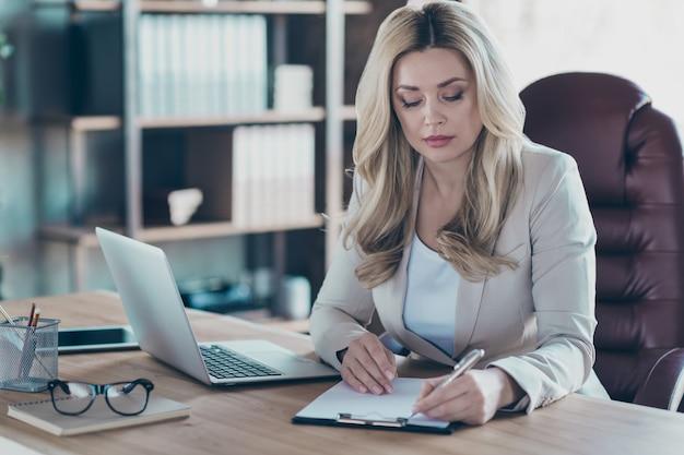 Erstaunliche business lady notebook tisch unterzeichnung vertrag