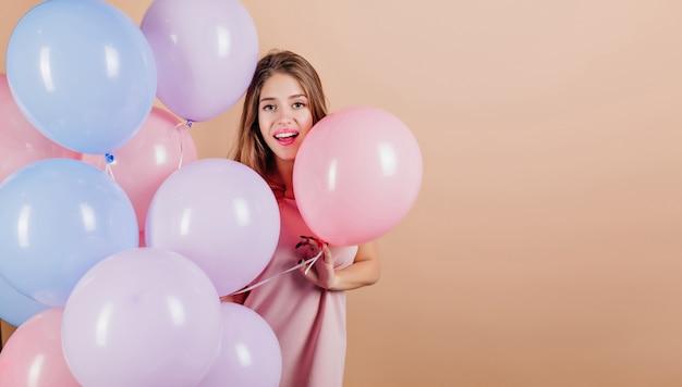 Erstaunliche dame, die etwas mit luftballons feiert