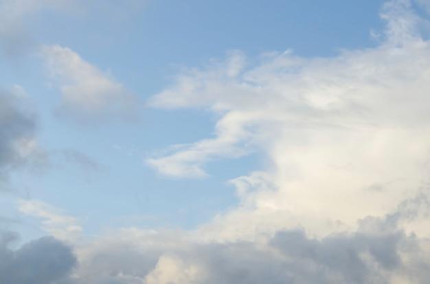 Erstaunliche dunkelgraue und weiße wolken während des sonnenuntergangs kontrastierten mit einem helleren himmel.