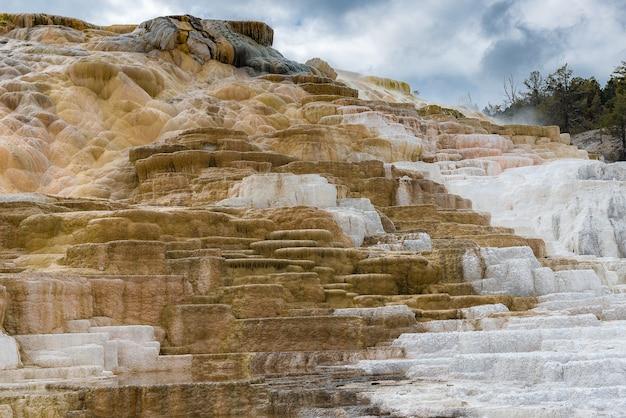 Erstaunliche einzigartige bildung mammoth hot springs im yellowstoone nationalpark