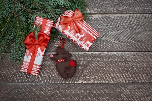 Erstaunliche hausgemachte weihnachtsschmuck auf dem tisch