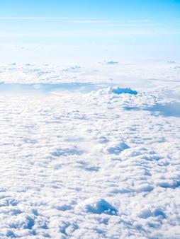Erstaunliche himmelsansicht vom flugzeugfenster