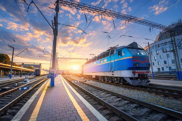 Erstaunliche industrielandschaft mit alter lokomotive