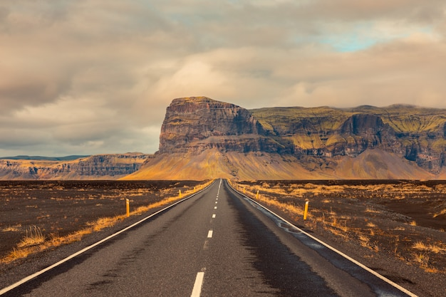 Erstaunliche isländische straßen.