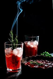 Erstaunliche komposition mit erdbeerkäsekuchen und erdbeergetränk mit rosmarin