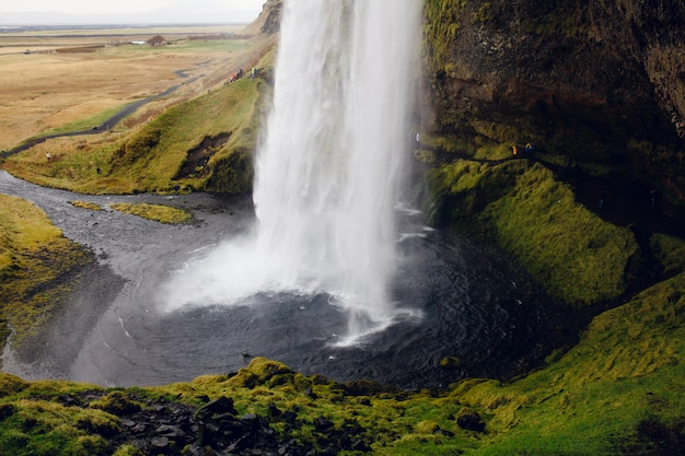 Erstaunliche landschaft mit einem isländischen wasserfall
