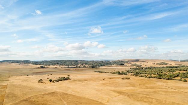 Erstaunliche landschaft mit trockenem land
