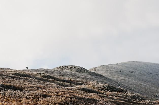 Erstaunliche landschaft von menschen und bergen.