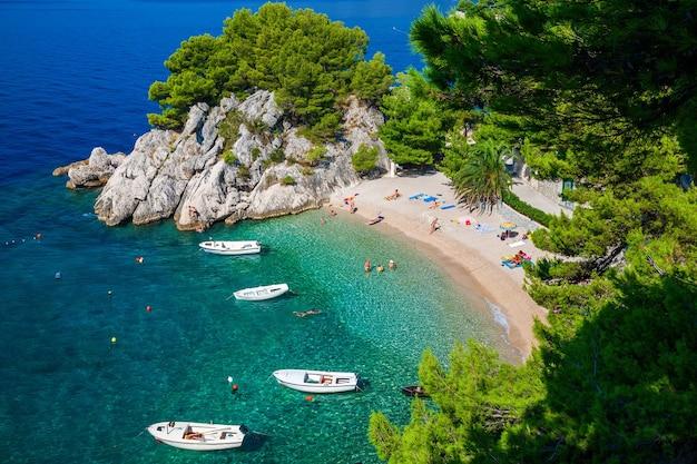 Erstaunliche luftaufnahme des schönen podrace-strandes in brela, makarska riviera, kroatien