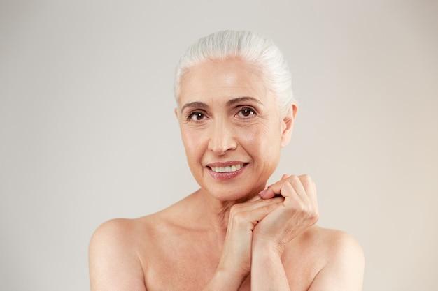 Erstaunliche nackte ältere frau, die aufwirft