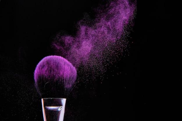 Erstaunliche nahaufnahmeaufnahme eines make-up-pinsels lokalisiert auf schwarz