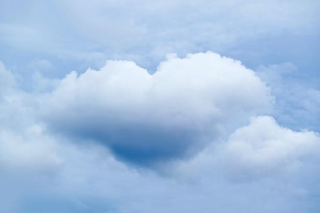Erstaunliche natürliche herzform cumulus cloud, die auf dem himmel schwebt