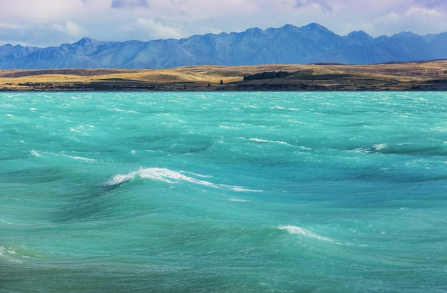 Erstaunliche naturlandschaften in neuseeland. gebirgssee bei sonnenuntergang.