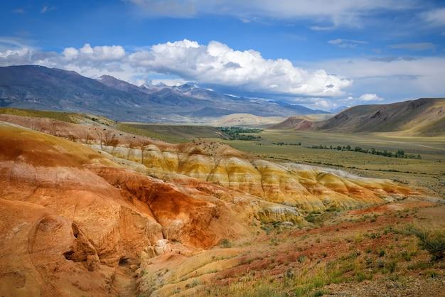 Erstaunliche naturphänomene - marslandschaften im altai-gebirge. mehrfarbige felsen vor blauem himmel mit weißen wolken. futuristisches panoramabild, hintergrundbild. mars.