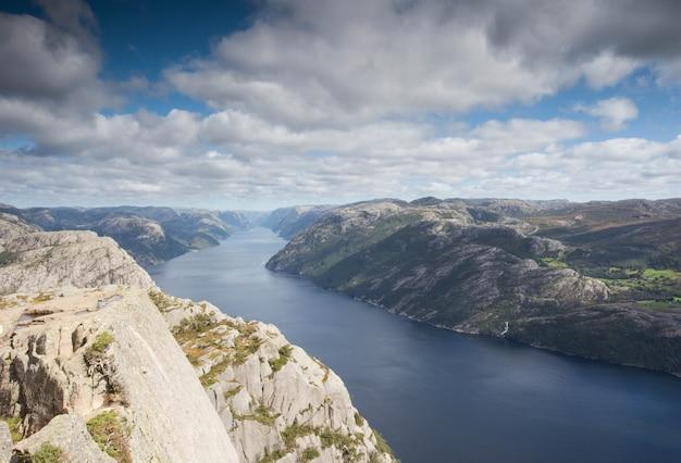 Erstaunliche norwegen-landschaft mit einem schönen ruhigen fluss und einem blauen himmel mit wolken