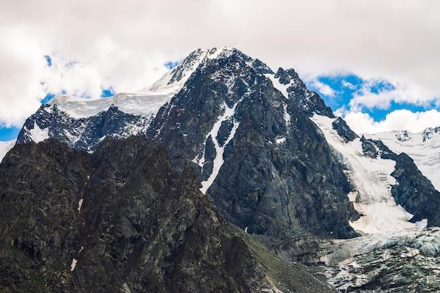 Erstaunliche riesige gletscheroberseite. schneebedecktes gebirge. wunderbare riesige felsige kante mit schnee.