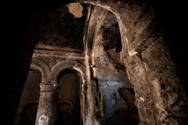 Erstaunliche selime-klosterdecke der kirche in der größe einer kathedrale in kappadokien, türkei