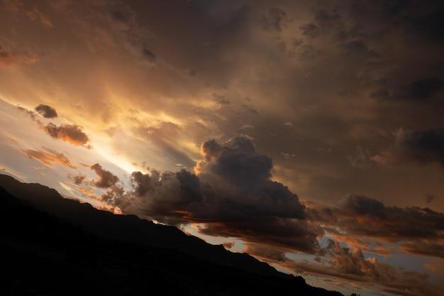 Erstaunliche sonnenunterganglandschaft im norden von thailand mit bergblick