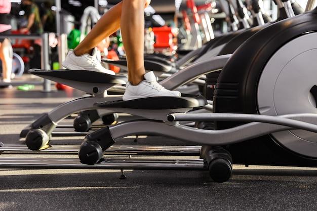 Erstaunliche sportlerin, die fitnessübung beim sport macht