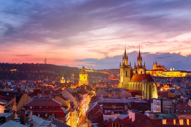 Erstaunliche stadtbildansicht der prager burg und der kirche unserer dame tyn, tschechische republik während der sonnenuntergangszeit.