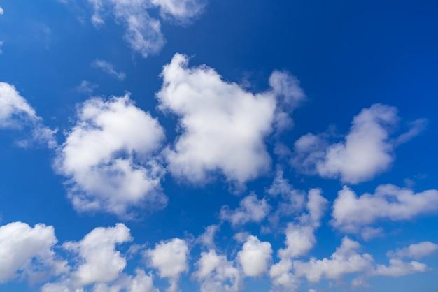 Erstaunliche wolken am blauen himmel