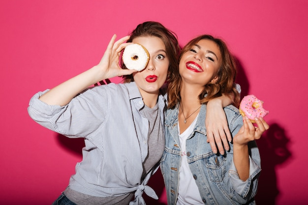Erstaunliche zwei freundinnen, die schaumgummiringe essen