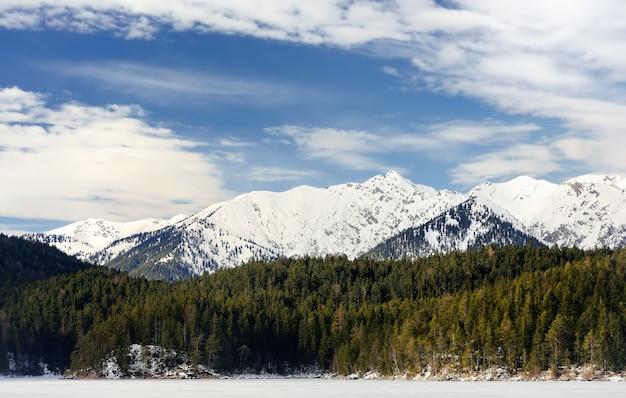 Erstaunlicher blick auf den verschneiten winter von der seilbahn auf die zugspitze am zugefrorenen eibsee