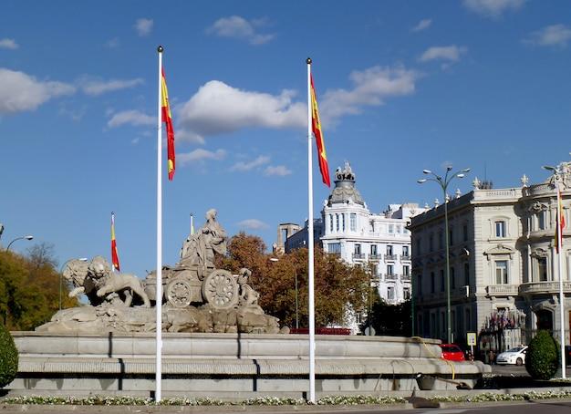 Erstaunlicher brunnen auf dem plaza de cibeles square, das ikonenhafte symbol von madrid, spanien