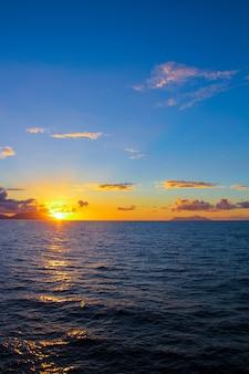 Erstaunlicher bunter sonnenuntergang in seychellen
