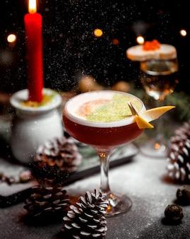 Erstaunlicher cocktail auf dem tisch