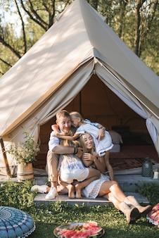 Erstaunlicher familientag, picknick und camping