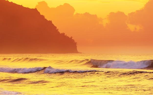 Erstaunlicher hawaiianischer strand bei fantastischem sonnenuntergang.