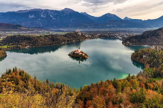 Erstaunlicher herbstblick auf den bleder see vom aussichtspunkt mala ostojnica, slowenien