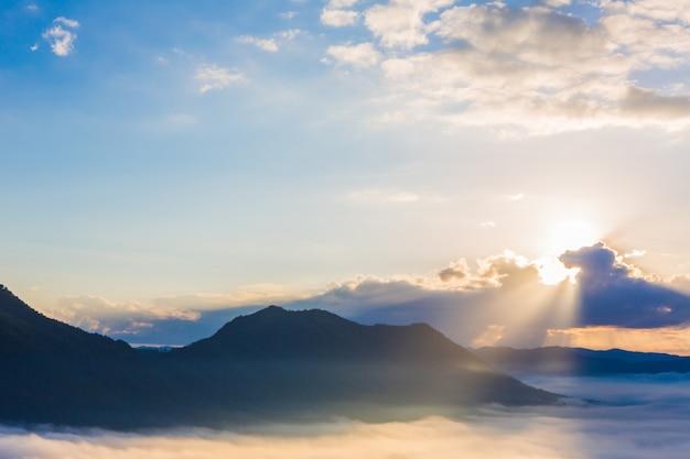 Erstaunlicher himmel in der morgendämmerung