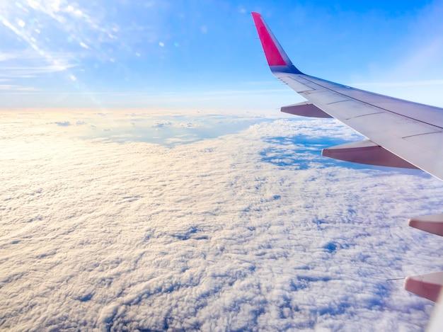 Erstaunlicher himmel mit wolken und flugzeugflügel