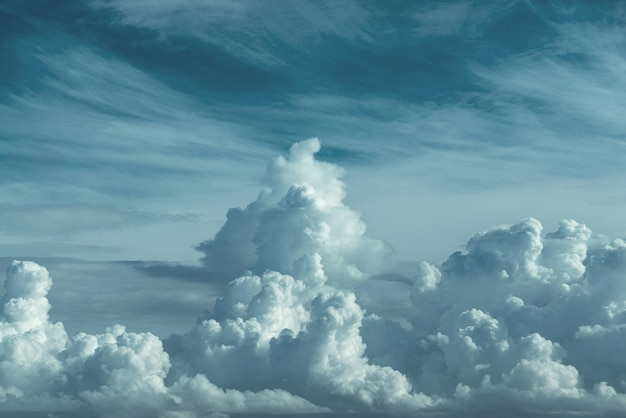 Erstaunlicher himmel und großer dunkler wolkenhintergrund
