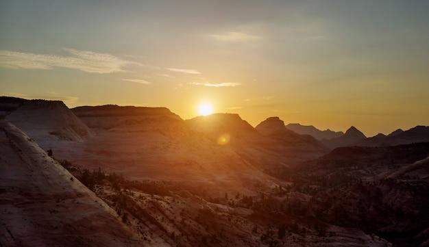 Erstaunlicher landschaftssonnenuntergang auf canyon overlook