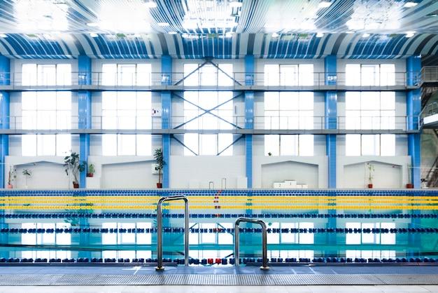 Erstaunlicher moderner swimmingpool der ansicht