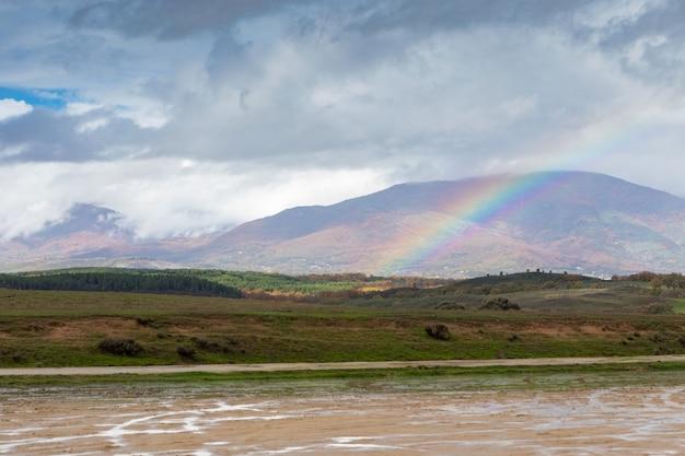 Erstaunlicher regenbogen in der landschaft