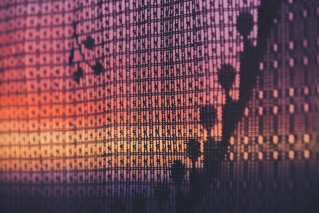 Erstaunlicher romantischer sonnenuntergang im fenster hinter silhouetten der tüllbeschaffenheit. wunderbarer rosa orange violetter morgenhimmel vom fenster durch gemusterten vorhang. gemütlicher hintergrund des szenischen sonnenaufgangs. speicherplatz kopieren.