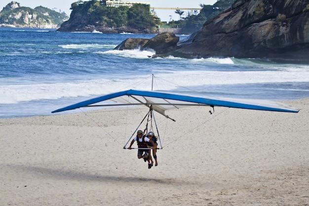 Erstaunlicher schuss des menschen, der versucht, auf einem drachen zu fliegen