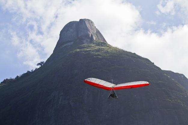 Erstaunlicher schuss des menschlichen fliegens auf einem drachen