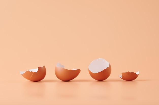 Erstaunlicher schuss von eierschalen, die auf orange isoliert werden