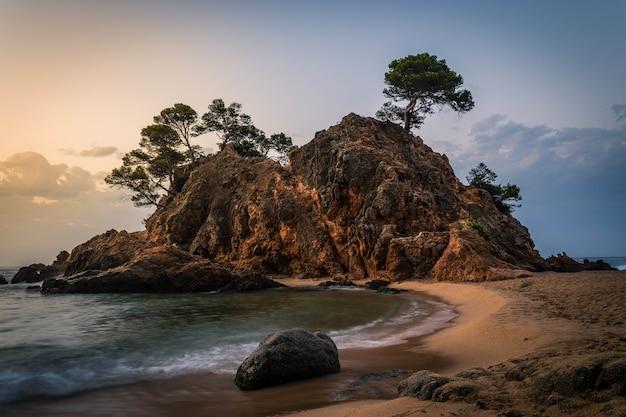 Erstaunlicher sonnenaufgang im cala cap roig an der costa brava