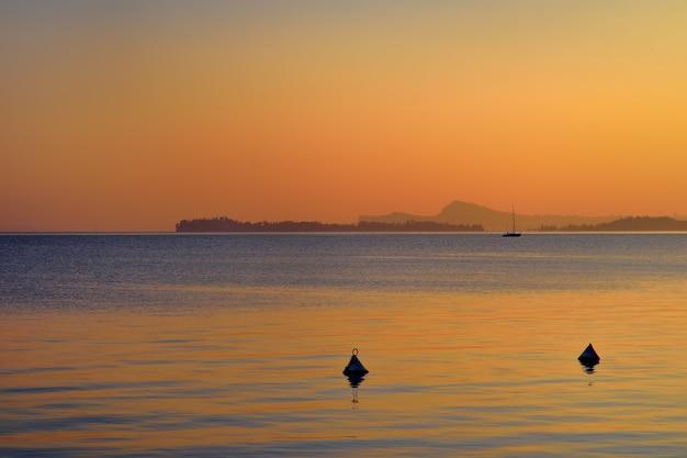Erstaunlicher sonnenuntergang auf gardasee, italien
