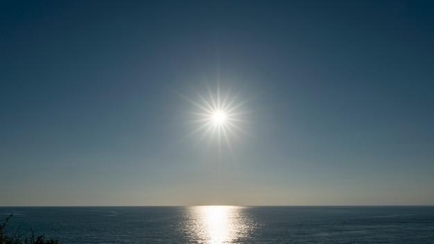 Erstaunlicher sonnenuntergang oder sonnenaufgang über tropischem meer
