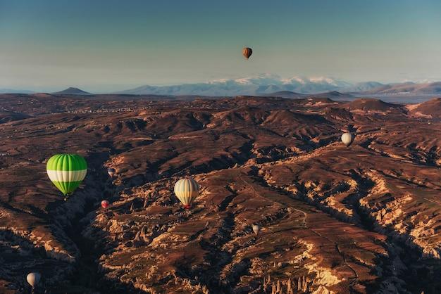 Erstaunlicher sonnenuntergang über kappadokien. schöne farbballons. truthahn