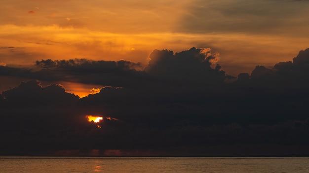 Erstaunlicher sonnenuntergang.