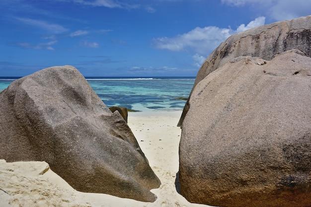 Erstaunlicher tropischer strand anse source d'argent mit granitblöcken auf la digue island, seychellen.