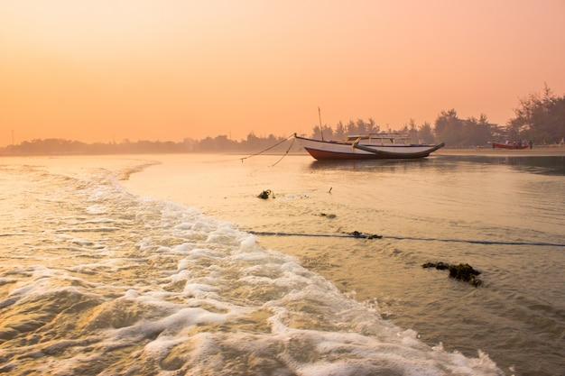 Erstaunliches morgenlicht mit sonnenaufgangmoment am boot in bengkulu, indonesien